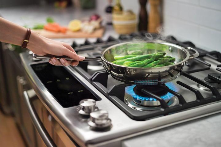 Bật bếp gas lên nấu nướng có mùi hôi một lúc thì hết