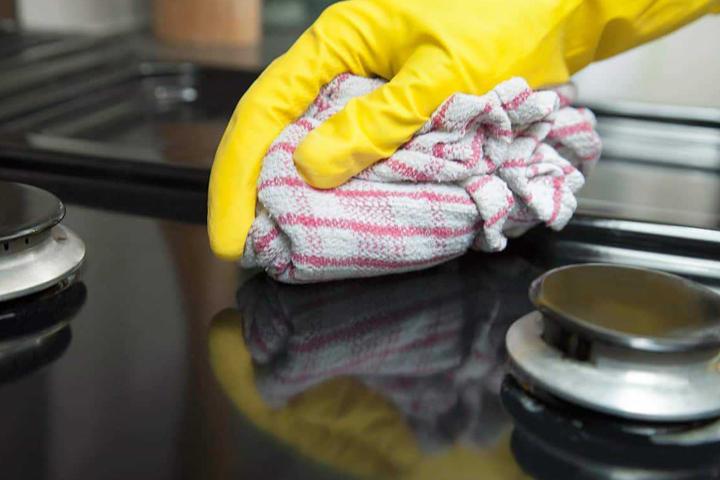 Lau chùi bếp gas mặt kính bằng khăn ẩm thường xuyên