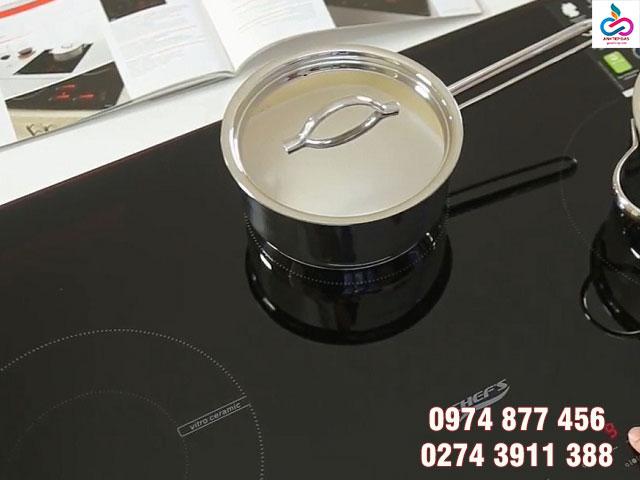 Vệ sinh bề mặt bếp thường xuyên khi sử dụng
