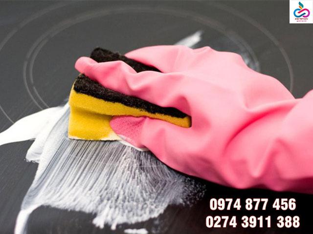 Xử lý vết bẩn trên bề mặt bếp từ đúng cách