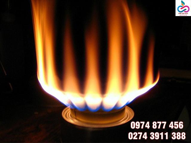 Ngọn lửa đỏ của bếp gas